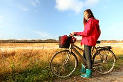 El biking de la mujer del otoño/de la caída fotografía de archivo libre de regalías