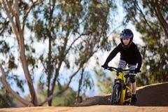 El biking de montaña del niño foto de archivo libre de regalías