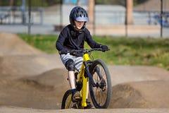 El biking de montaña del niño fotografía de archivo libre de regalías