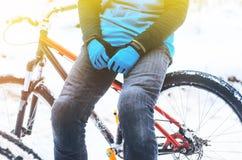 El biking de montaña en bosque nevoso imágenes de archivo libres de regalías
