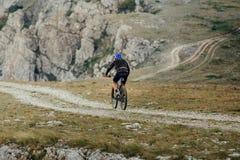 El biking de montaña en rastro de montaña imagen de archivo libre de regalías
