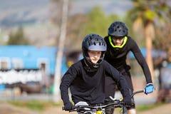 El biking de montaña de la familia fotografía de archivo libre de regalías