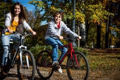 El biking del adolescente y del muchacho fotografía de archivo