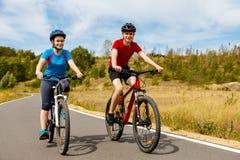 El biking del adolescente y del muchacho al aire libre Imágenes de archivo libres de regalías