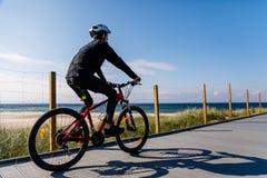 El biking del hombre joven Fotos de archivo libres de regalías
