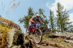 El biking en declive de la montaña del jinete de la mujer foto de archivo libre de regalías