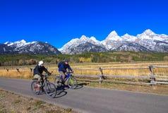 El Biking en el parque nacional magnífico de Teton foto de archivo