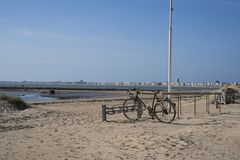 El Biking en una playa fotos de archivo
