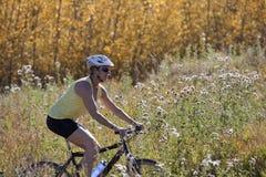 El Biking mayor de la montaña de la mujer Imagenes de archivo