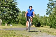 El Biking serio de Retiree Male Cyclist del atleta imágenes de archivo libres de regalías