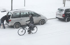 El Biking a través de la nieve Foto de archivo