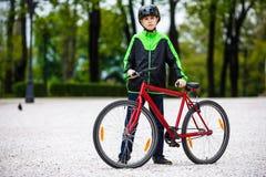 El biking urbano - adolescente y bici en ciudad Fotos de archivo