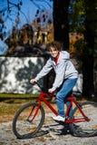 El biking urbano - adolescente y bici en ciudad Imágenes de archivo libres de regalías