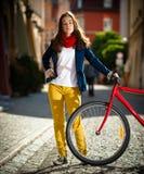 El biking urbano - adolescente y bici en ciudad Fotos de archivo libres de regalías