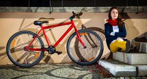 El biking urbano - adolescente y bici en ciudad Imagenes de archivo