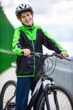 El biking urbano - adolescente y bici en ciudad Foto de archivo
