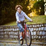 El biking urbano - adolescente y bici en ciudad Imagen de archivo libre de regalías