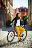 El biking urbano - adolescente y bici en ciudad Fotografía de archivo