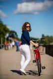 El biking urbano - adolescente y bici en ciudad Imagen de archivo