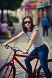 El biking urbano - adolescente y bici en ciudad Foto de archivo libre de regalías