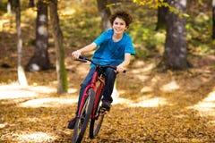 El biking urbano - adolescente y bici en parque Fotos de archivo