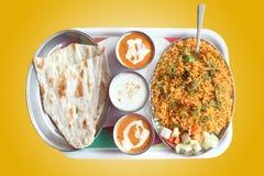 El biryani indio, unta con mantequilla naan con curry picante Fotografía de archivo