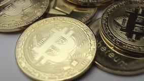 El bitcoin de las monedas gira lentamente el primer almacen de metraje de vídeo