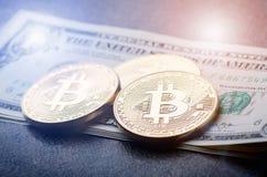 El bitcoin de oro acuña en un dinero de papel de los dólares y un fondo oscuro con el sol Moneda virtual Moneda Crypto nuevo dine fotos de archivo