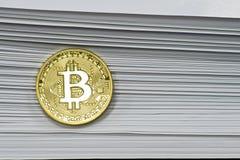 El bitcoin original en el fondo de las páginas del periódico fotografía de archivo libre de regalías