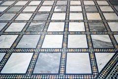 El blanco árabe tradicional, y el mármol y el mosaico azules tejaron el piso - conveniente para el fondo Fotografía de archivo