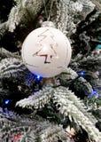 El blanco adorna tiempo de la Navidad, la esfera y el árbol de Navidad Fotos de archivo libres de regalías