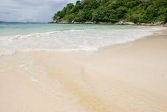 El blanco agita en la playa Imágenes de archivo libres de regalías