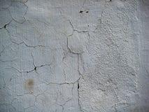 El blanco agrietado coloreó la pared expuesta a la textura de las formas del aire abierto Fotografía de archivo