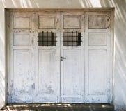 El blanco aherrumbró las puertas del garaje Fotografía de archivo libre de regalías