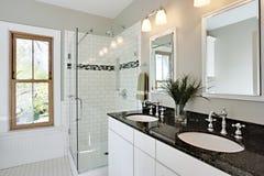 El blanco brillante remodela el cuarto de baño Fotografía de archivo