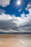 El blanco de la playa de las dunas se nubla el fondo del cielo azul Fotografía de archivo
