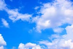 El blanco del cielo azul se nubla el fondo 171018 0179 Imagen de archivo libre de regalías