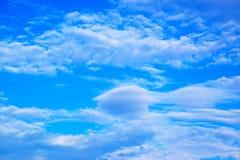 El blanco del cielo azul se nubla el fondo 171019 0245 Fotos de archivo