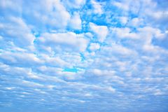 El blanco del cielo azul se nubla el fondo 171216 0010 Fotografía de archivo libre de regalías