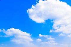 El blanco del cielo azul se nubla el fondo 180410 0141 Imagen de archivo libre de regalías