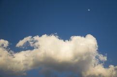 El blanco del cielo azul se nubla la luna Fotos de archivo