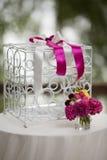 El blanco del vintage ornated la jaula del metal en el pasillo de la boda con las flores i Imagen de archivo libre de regalías