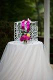 El blanco del vintage ornated la jaula del metal en el pasillo de la boda con las flores i Foto de archivo libre de regalías