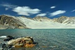 El blanco enarena el lago fotos de archivo