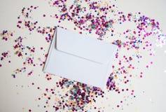 El blanco envuelve en fondo festivo ligero fotos de archivo libres de regalías