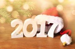 El blanco figura 2017 Sombrero de Papá Noel, rama spruce y decoraciones de la Navidad Imagen de archivo libre de regalías