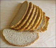 El blanco fresco sin pan mediterráneo de la levadura es cortado exactamente por los pedazos para la comida y los bocadillos fotografía de archivo libre de regalías