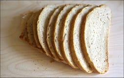 El blanco fresco sin pan mediterr?neo de la levadura es cortado exactamente por los pedazos para la comida y los bocadillos fotos de archivo
