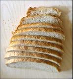 El blanco fresco sin pan mediterr?neo de la levadura es cortado exactamente por los pedazos para la comida y los bocadillos fotografía de archivo