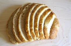 El blanco fresco sin pan mediterr?neo de la levadura es cortado exactamente por los pedazos para la comida y los bocadillos foto de archivo libre de regalías
